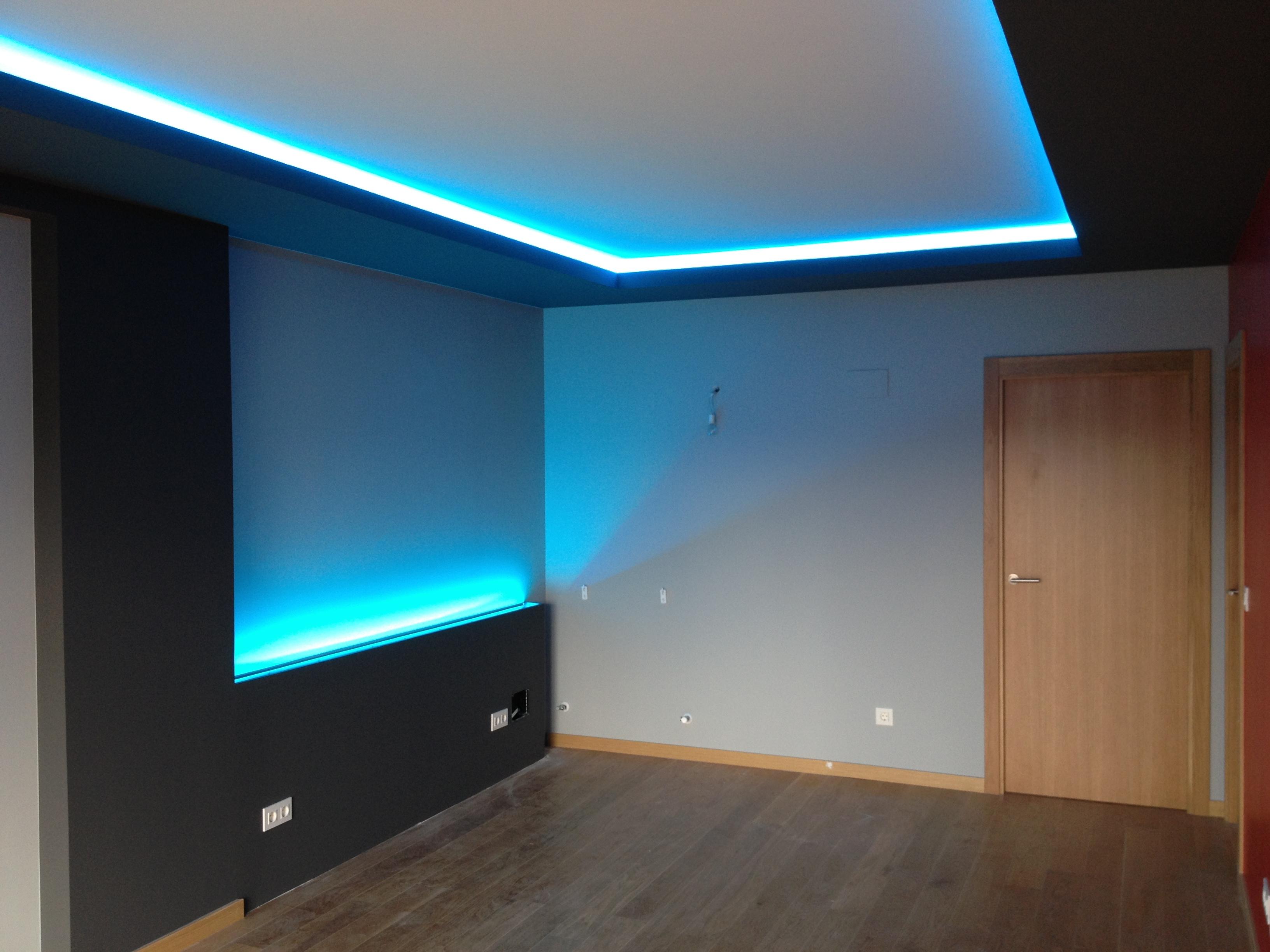La escayola pladur y las tiras led hacen buen equipo for Muebles de salon con luz led