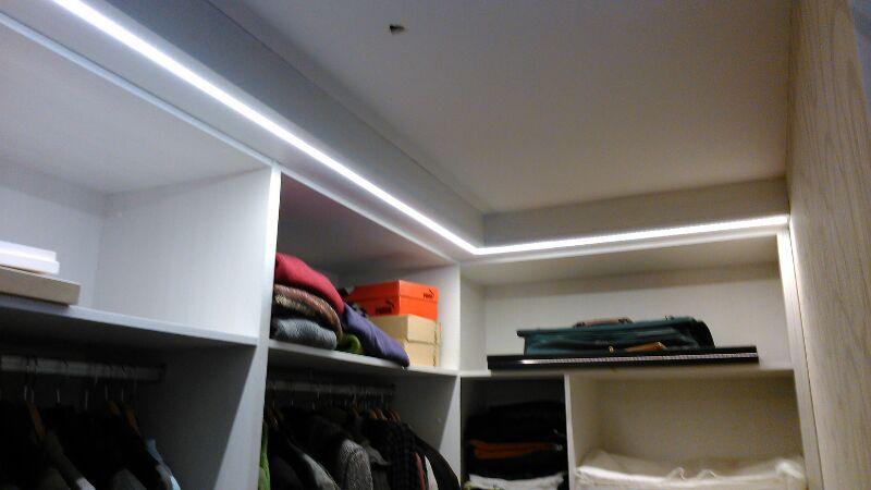 Tira de leds con perfil empotrado en armario blog - Iluminacion interior armarios ...